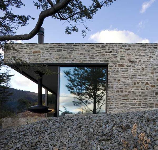 mountain retreat lake wakatipu 1 Mountain House Architecture   cozy mountain retreat integrates into surroundings in New Zealand